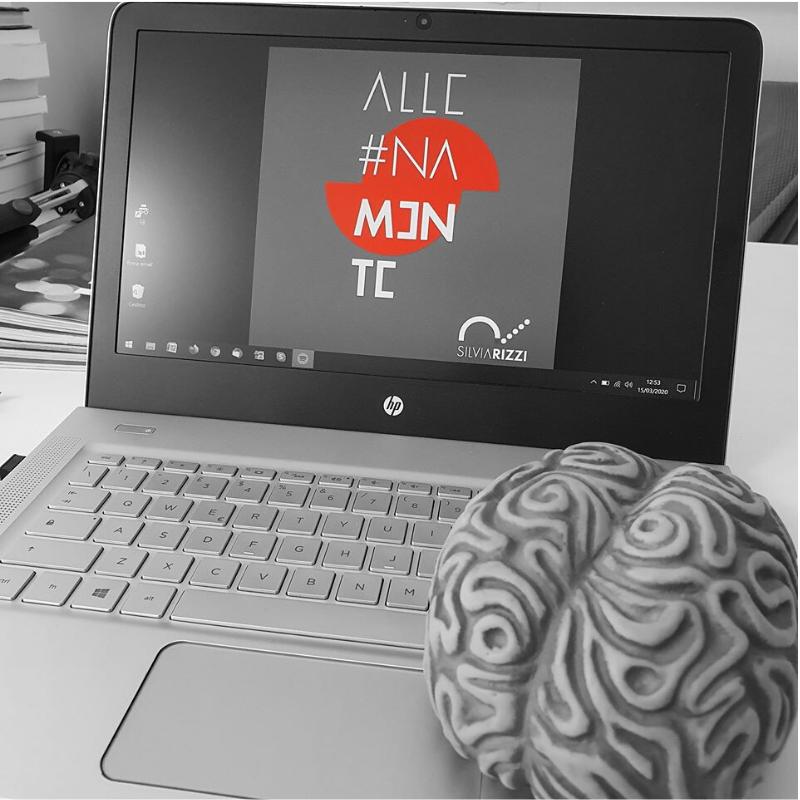 Computer di Silvia Rizzi con logo AllenaMente sul desktop